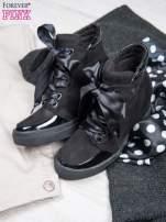 Czarne sneakresy z atłasową wstążeczką