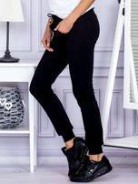 Czarne spodnie dresowe z kieszonką z przodu                                  zdj.                                  3