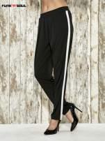 Czarne spodnie materiałowe z białym lampasem