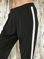 Czarne spodnie materiałowe z białym lampasem                                  zdj.                                  5