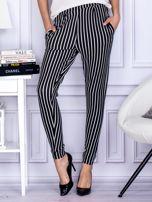 Czarne spodnie o wypukłej fakturze w paski                                  zdj.                                  1