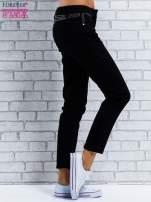 Czarne spodnie regular jeans z dżetami w pasie                                  zdj.                                  8