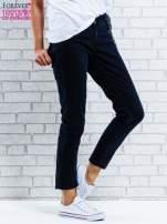 Czarne spodnie regular jeans z łańcuszkiem                                                                          zdj.                                                                         1
