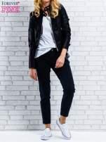 Czarne spodnie regular jeans z łańcuszkiem                                  zdj.                                  3