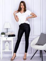 Czarne woskowane spodnie o kroju slim                                  zdj.                                  4