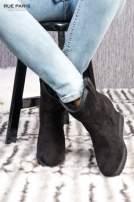 Czarne zamszowe botki na ukrytym koturnie z ociepleniem