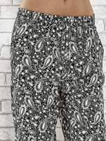 Czarne zwiewne spodnie alladynki we wzór paisley                                  zdj.                                  5