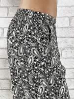 Czarne zwiewne spodnie alladynki we wzór paisley                                  zdj.                                  6