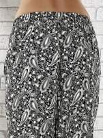 Czarne zwiewne spodnie alladynki we wzór paisley