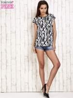 Czarno-biały t-shirt w abstract print z łezką                                  zdj.                                  4
