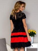 Czarno-czerwona sukienka ze spódnicą w pasy                                  zdj.                                  2