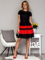 Czarno-czerwona sukienka ze spódnicą w pasy                                  zdj.                                  4