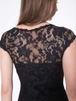 Czarny koronkowy t-shirt z głębokim dekoltem                                  zdj.                                  10