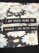Czarny krótki t-shirt z nadrukiem stokrotek i napisem
