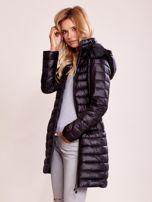 Czarny pikowany płaszcz z odpinanym kapturem                                  zdj.                                  6