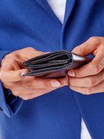Czarny portfel męski na zatrzask z emblematem                                  zdj.                                  6