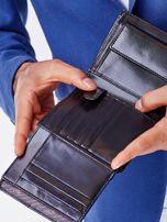 Czarny skórzany portfel męski z symetrycznymi tłoczeniami                                  zdj.                                  6