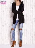 Czarny sweter o warkoczowym splocie z paskiem