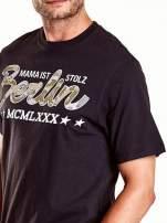 Czarny t-shirt męski z nadrukiem moro