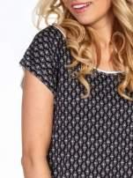 Czarny t-shirt we wzór geometryczny                                  zdj.                                  5