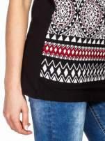 Czarny t-shirt we wzór ornamentowy                                  zdj.                                  7