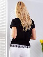 Czarny t-shirt z aplikacją i koronkowym wykończeniem                                  zdj.                                  2