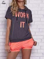 Czarny t-shirt z kapturem i napisem WORK IT                                  zdj.                                  1