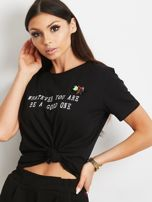 Czarny t-shirt z nadrukiem i aplikacją                                  zdj.                                  1