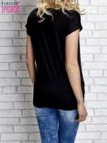 Czarny t-shirt z napisem FASHION DISTRICT z dżetami                                  zdj.                                  3