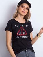 Czarny t-shirt z napisem i koronkową warstwą                                  zdj.                                  1