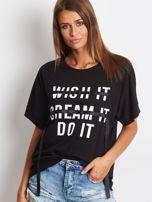 Czarny t-shirt z napisem i wstążką                                  zdj.                                  4
