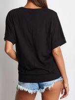 Czarny t-shirt z napisem i wstążką                                  zdj.                                  5