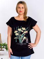 Czarny t-shirt z żonkilami PLUS SIZE                                  zdj.                                  1