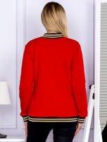 Czerwona bluza bomberka z naszywką litery                                  zdj.                                  2