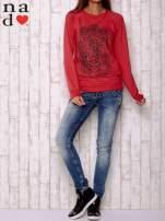 Czerwona bluza z motywem dłoni                                  zdj.                                  2