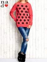 Czerwona bluza z nadrukiem kwiatów                                  zdj.                                  2