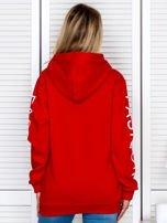 Czerwona bluza z napisami na rękawach                                  zdj.                                  2