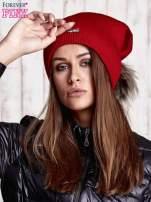 Czerwona czapka z futrzanym pomponem i przypinką                                  zdj.                                  1