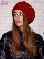 Czerwona czapka z ozdobnym kwiatem i pomponem                                  zdj.                                  1