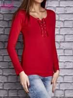 Czerwona gładka bluzka ze sznurowanym dekoltem i troczkami                                   zdj.                                  3