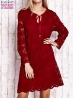 Czerwona koronkowa sukienka z wiązaniem