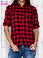 Czerwona koszula w kratę z podwijanymi rękawami                                  zdj.                                  1