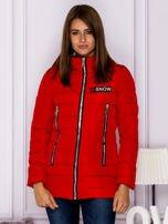 Czerwona kurtka przejściowa z błyszczącymi suwakami                                  zdj.                                  1