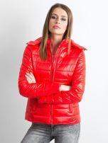 Czerwona lekka kurtka pikowana z kapturem                                  zdj.                                  1