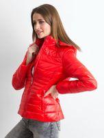 Czerwona lekka kurtka pikowana z kapturem                                  zdj.                                  3