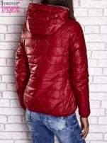 Czerwona ocieplana kurtka z kontrastowym wykończeniem kaptura