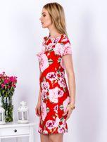 Czerwona prosta sukienka w kolorowe róże                                  zdj.                                  5