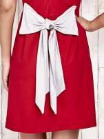 Czerwona sukienka dresowa wiązana na kokardę z tyłu                                  zdj.                                  5
