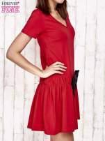 Czerwona sukienka dresowa z kokardą z przodu