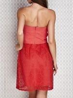 Czerwona sukienka koktajlowa z ażurowym dołem                                  zdj.                                  2
